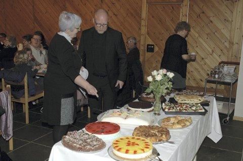 Servering: Fine kaker til kirkekaffen.