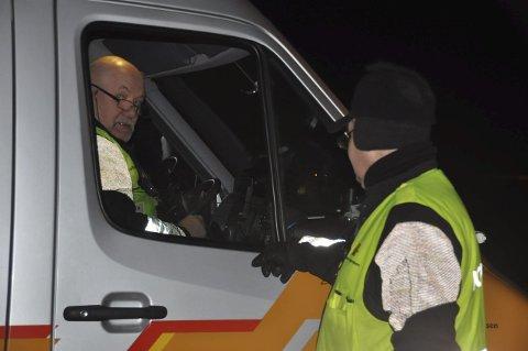TEAM: Teamleder Wilhelm Gjevestad gjør kontorarbeidet, mens Frode Nilsen sjekker bilene.