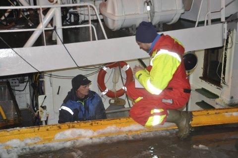 POSISJON:Juksafisker Tor-Arnt Bendiksen forteller Stian Kleven den nøyktige posisjonen der fisken ble tatt.
