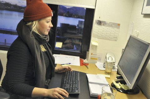Start på dagen: Caroline Kilvær-Skjeseth benyttet både lue, skjerf og jakke på kontoret da hun startet arbeidsdagen fredag morgen i Svolvær. Foto: Gullik Maas Pedersen