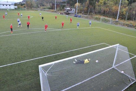 Her setter Runar Bless (i røde sko til venstre) inn kampens første scoring med et skudd fra 20 meter nede i hjørnet til høyre for keeper.
