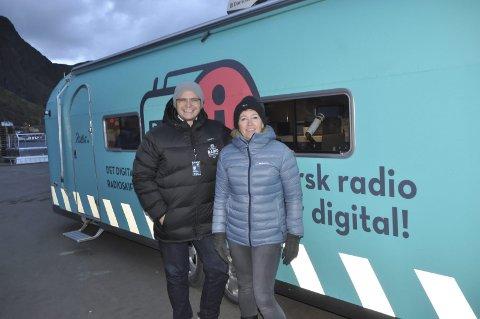 SJEKK: Mari Hagerup i Digital Radio AS ber folk som har DAB radio fra før 2010 sjekke om radioen har rett format. Her er hun sammen med daglig leder Ole Jørgen Torvmark. Foto: Kai Nikolaisen