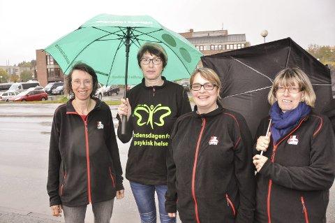 Markering: Mental Helse på Vestvågøy forbereder verdensdagen for psykisk helse. F.v. leder Solveig Utvik, Anita Johnsen, Jenny Fagerheim og Randi Ingebrigtsen. Foto: Lise Fagerbakk