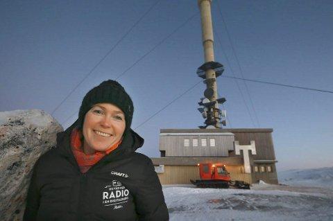 DAB: Kommunikasjonssjef i Digitalradio Norge, Mari Hagerup foran Saltensenderen. Foto: Pressefoto