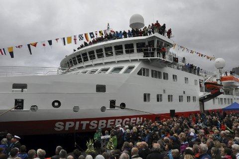 Liv og røre: Det var stor stemning da Hurtigruteskipet Spitsbergen ble døpt i Svolvær. Det ble garantert tatt flere tusen bilder under arrangementet. Foto: Sander Lied Edvardsen.