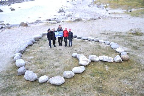 HJERTE: Tove Westgård, Linda Vibakk, Rita-Iren Nordheim og Siv Arntzen ga 5000 til Uttakleiv grendelag ved Ståle Olsen som viste fram det store hjerte som grendelaget har laget. Foto: Kai Nikolaisen