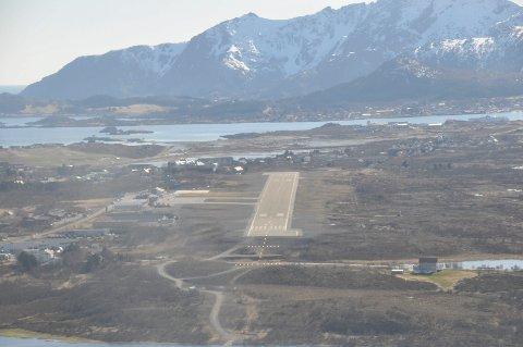 Lenger ut: En storflyplass på Leknes er tenkt plassert til høyre for dagens lufthavn. De foreløpige skissene som anses som mulig vil berøre 20 til 25 eiendommer som må løses ut.