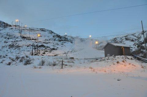 Snøproduksjonen i alpinbakken er i gang.