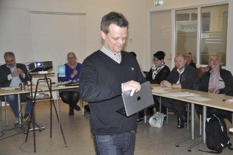 Kommuner: Seniorrådgiver Robert Isaksen hos Fylkesmannen på besøk i Moskenes.