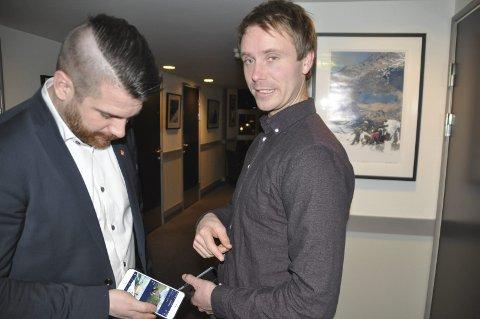 Turapp: Flakstad-ordfører Hans Fredrik Sørdal (t.v.) er fornøyd med mobilappen for turistinformasjon som Erlend Engen og selskapet Outtt i Valdres har utviklet. De øvrige ordførerne er avventende.