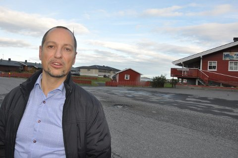 Teori: Daglig leder i Flakstad Utvikling, Rolf G. Zimmermann, mener mangel på hensiktsmessige boliger bidrar til nedgang i folketallet. – Men det vil bedres i løpet av året, sier Zimmermann. foto: magnar johansen