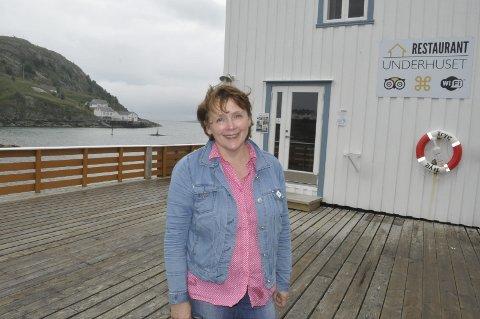 FORNØYD: Dagmar Gylseth på Sakrisøy er fornøyd med at Norsk kulturminnefond ser nytten av å ta vare på gamle bygg. Fondet støtter utbedringen av to gamle rorbuer som hun leier ut. – Vi ønsker å ta vare på kystkulturen. Da er fondet en viktig bidragsyter, sier hun.foto: MAGNAR JOHANSEN