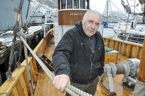 Mønstrer av: Bernhard Strandvoll mønstrer av som kaptein ombord Hermes II, og blir boende i Rana, mens båten får ny hjemplass på hans barndomsplass, Tangstad på Vestvågøy. Han har eid skipet siden 1992, og i en alder av neste 79 år, har han det siste halvannet året pendlet fra Mo til Rognan på ukebasis, for å overse restaureringen.Foto: Lise Fagerbakk