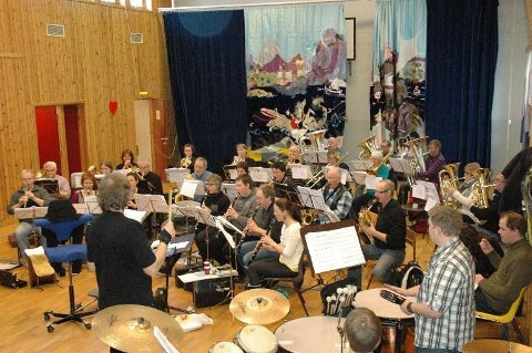 Lørdag hyller Vestvågøy janitsjar den legendariske rockegruppa Queen i Lekneshallen.