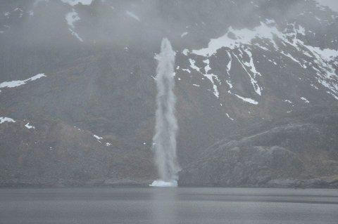 VANNSØYLE: Dette er fra fredagens sprengning da tysk hornmine ble tilintetgjort. Alle foto: Sjøforsvarets minedykkerkommando