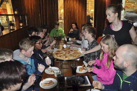 PIZZA: Det smakte godt med pizza for prisvinnerne.