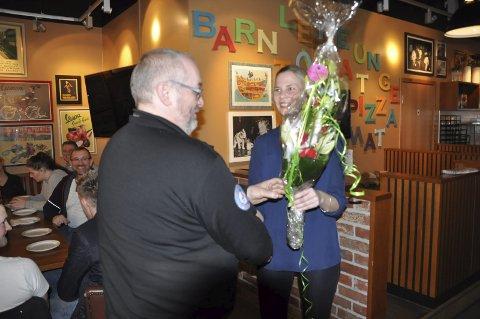Blomst: På vegne av de voksne i dugnadsgjengen mottok Børge Nicolaisen blomster fra medierådgiver Marit Sirens i Lofotposten.