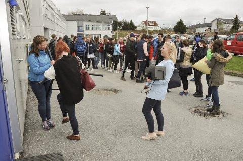 Fravær: Elevene fikk fravær for å delta i demonstrasjonen. Mange kom likevel ut og deltok, noe Tora Dalheim (t.h.) tar som et godt signal om at de har elevene bak seg i sin argumentasjon. T.v. rigger Sine Kristoffersen og Gro Sandnes (med ryggen til). Foto: Lise Fagerbakk
