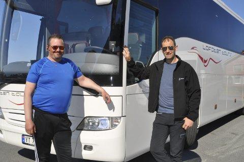STOLTE: Lars og Bernt Windstad i Lofoten Tours AS legger ikke skjul på at er stolte over den nye Merzedes Tourismo som de mener er den beste bussen som er i Lofoten i dag. Alle foto: Kai Nikolaisen