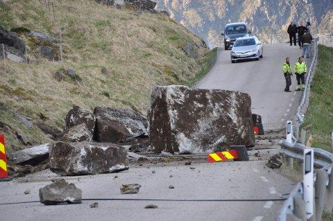 Raset er svært omfattende og det kom ned flere store steiner i veibanen