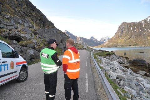 Politiet og mannskap fra entreprenør Holdal maskin og transport vurderer situasjonen etter raset i Bøfjellet