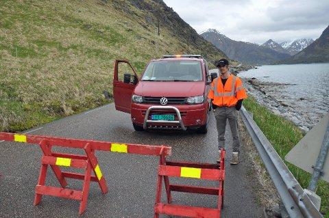 Patrik Skogly og andre hos entreprenør Holdahl, har passet på at ingen har passert  sperringen. Klokken 17.00 mandag fjernes sperringen. Foto: Lise Fagerbakk