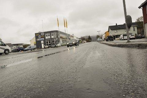 Dype spor: Idrettsgata i Leknes sentrum har dype spor, og blir i år blant de prioriterte veiene som får ny asfalt. Foto: Lise Fagerbakk