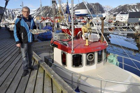 FANT VRAK: Fisker Knut Lauritsen fikk i forrige uke deler av et fly i garnet som har vært savnet siden 19. mai 1942. Nå håper han og kona Torunn at de etterlatte kan få svar på hvor deres kjære ble av under krig