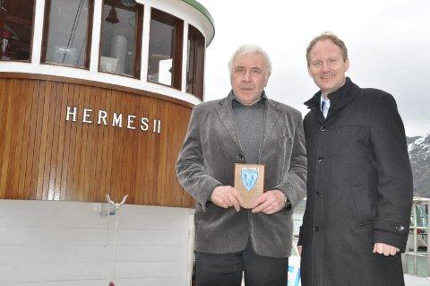 STOLT: Eier Bernhard Strandvoll og ordfører Remi Solberg etter at «Hermes II» offisielt har fått Tangstad som hjemmehavn. Alle foto: Kai Nikolaisen