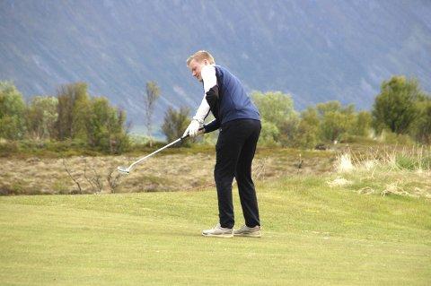 UTSLAG: Lars Magnussen, Lofoten Golfklubb, i utslag på ett av de 18 hullene. Foto: Eirik Eidissen