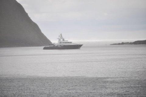 «t6»: Her passerer «T6» Tåa på tur inn på Hauklandsbukta. Foto: Kai Nikolaisen