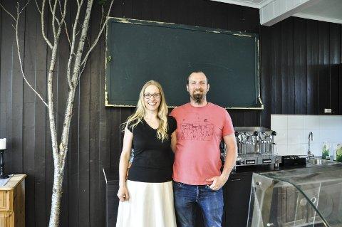 Gleder seg: Izabella og Christian gleder seg til åpningen av kafeen. De har jobbet på siden de kjøpte den gamle skolen i oktober. Nå søker de etter sponsorer og midler til å realisere det tenkte lekelandet.