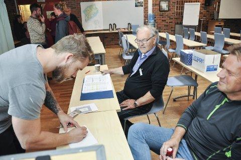Rakk det: Thomas Lilleng var innom stemmelokalet ti minutt før det stengte. Karl Botolfsen og Geir Selnes ser til at alt går rett for seg.