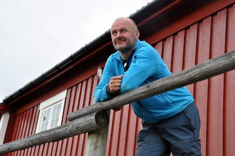 Kritisk: Daglig leder og eier Ola Skjeseth ved Svinøya rorbuer er kritisk til prishoppet på snaut 200 kroner til og fra Lofoten, og mener også kapasiteten bør økes. Han peker blant annet på at det ikke nytter å markedsføre om folk ikke kommer seg inn til Lofoten.Foto: Arkiv