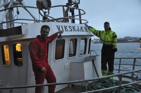 REKEFISKERE: Anders R.Sørensen og  Erlend Johansen stortrives som rekefiskere på sin egen «Vikskjær». Foto: Kai Nikolaisen