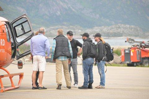 I godt humør: Damon virket å være i godt humør da han gikk om bord i helikopteret og ble fløyet videre til Svolvær havn.