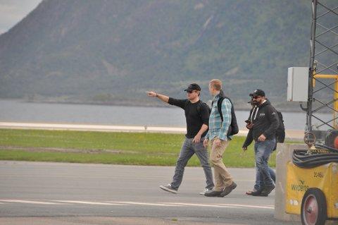 Studerte omgivelsene: Matt Damon pekte på omgivelsene like etter landing. Superstjernen så ut til å like det han så.