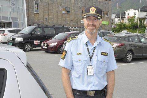 Parkering: Politioverbetjent Terje Pedersen ber bilistene bruke Vorsetøya til parkering i forbindelse med dåpen av «Spitsbergen» onsdag i Svolvær.