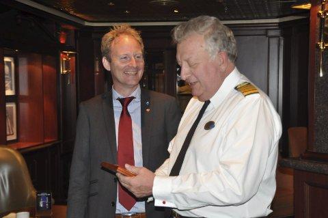 FORNØYD: Ordfører Remi Solberg var veldig glad for å ønske kaptein William Kent på «Emerald Princess» velkommen til Leknes havn. Alle foto: Kai Nikolaisen