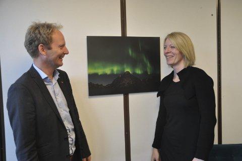 FORNØYD: Ordfører Remi Solberg satte stor pris på fotogaven som kommunen fikk av Isabelle Bacher. -Selv om motivet er fra en annen kommunen så er dette virkelig et bilde jeg er stolt av å vise fram, slår Solberg fast.