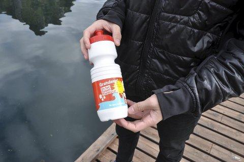 10.000: Flaskeposten fra Se og Hør representerer et reisegavekort på 10.000 kroner.