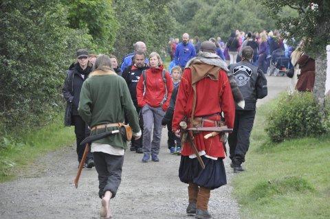 Lofoten vikingefestival 2016: I fjor besøkte 7000 vikingefestivalen på Borg. I år ligger det an til besøksrekord. da festivalen åpnet onsdag var 1800 innom, 400 flere enn i 2015. Bildet er fra lørdag. På avslutningsdagen søndag var det også folksomt ved Borgpollen.alle foto: MAGNAR JOHANSEN