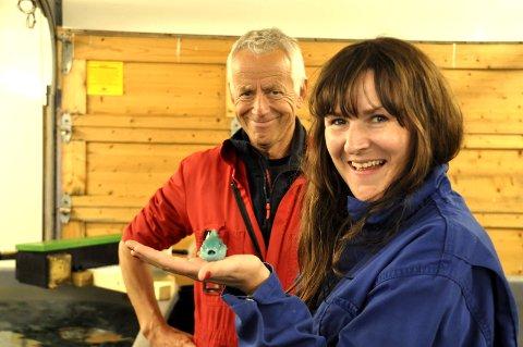 FORNØY: Fiskehelsesjef Tone Ingebrigtsen ved Salmar Nord AS var fornnøyd med hun fikk se på Steine. Daglig leder Dag Hansen var ikke mindre fornøyd.