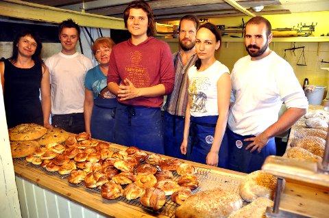 Suksess: Daglig leder ved Norsk Fiskeværsmuseum. Olga Wisniewska (t.v.) og leder for bakeriet på Å, Anca Tinc (nr. 2 fra h) kan notere rekordomsetning for sesongbakeriet i 2016. Bildet er tatt for to år siden. arkivfoto: MAGNAR JOHANSEN