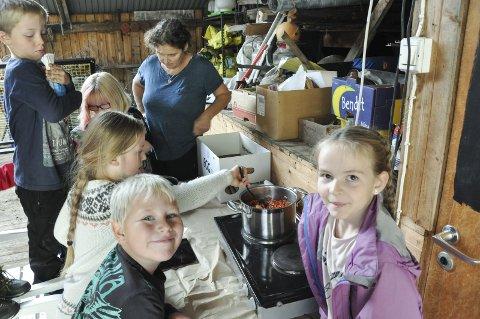 SAFT OG GELE: Marielle de Roos lærer elvene å så, høste og lage mat. Victoria, Matheo, Annebell, Sindre og Kajsa lager saft og rognebærgele. Foto. Lise Fagerbakk