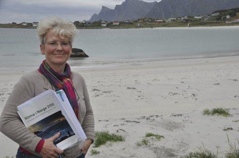 Skal få orden på vann og avløp: Ingrid Verbaan er i gang med å utarbeide vann- og avløpsplan for Flakstad kommune. Den nederlandske juristen er ansatt som prosjektleder i to år. – Det er viktig at også små kommuner har planer som møter framtidens utfordringer, sier hun. foto: MAGNAR JOHANSEN