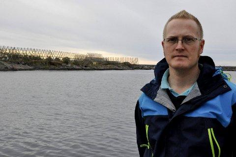 Varde: Stig Arne J. Gundersen har vært soldat i innsatsstyrken til HV16, men er i dag ikke disponert i Forsvart fordi han jobber i sivil beredskap som brannmann. Han betegner seg her som «Forsvarsvenn» og sier det blir vardebrenning med appell på moloen i Svolvær fredag. Foto: Øystein Ingebrigtsen
