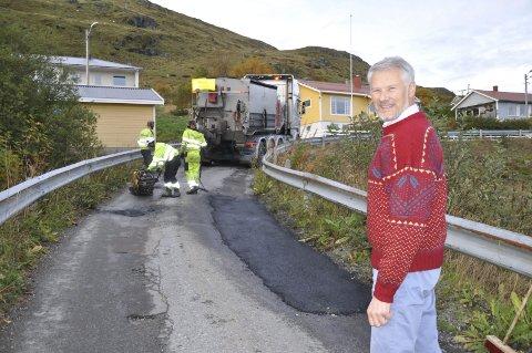 Glad: -Jeg er glad vi fant penger til å utbedre Solhøgdveien og to andre asfalterte veier, sier Richard Sandnes som er teknisk sjef i Flakstad kommune. Begge foto: Kai Nikolaisen