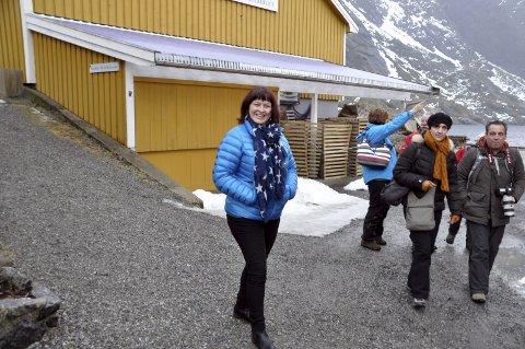 Turistskatt: Reiselivssjef i Lofoten, Elisabeth Dreyer, tok opp turistskatt under NHO Reiselivs innspillsmøte i Oslo onsdag ettermiddag. NHO-ledelsen er mot, men Dreyer opplever støtte fra andre reiselivsselskap og politikere. Her er hun på besøk i mars i år i Nusfjord. foto: MAGNAR JOHANSEN