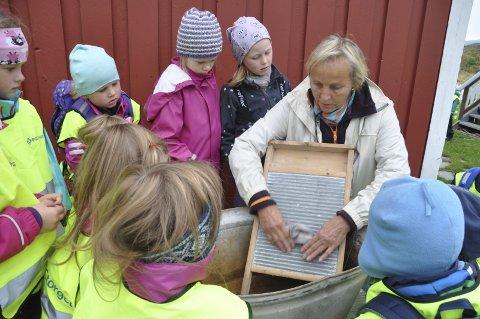 KLESVASK: Brita viser hvordan klesvasken ble gjort før vaskemaskinen kom.